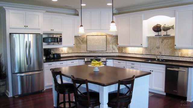 Светло-голубая отделка кухонного острова с тёмной столешницей