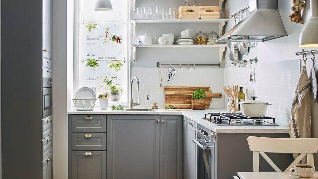 Светло-серый гарнитур для небольшой уютной кухни
