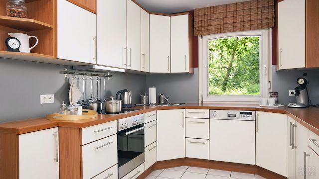 Светлые фасады типовой кухонной мебели