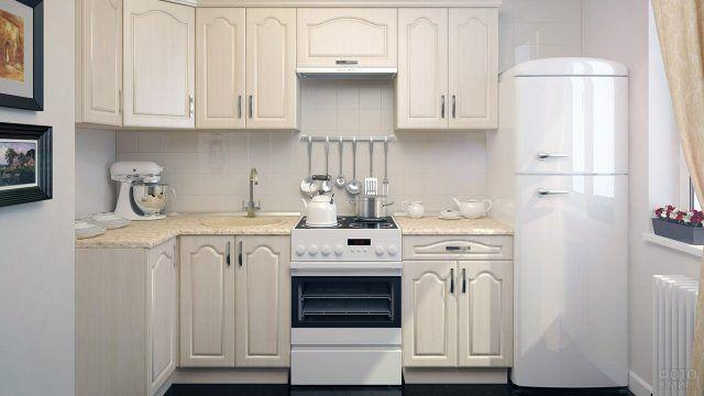 Светлый угловой гарнитур для типовой кухни