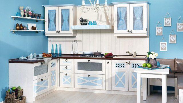 Типовой кухонный гарнитур с декором в стиле шебби-шик