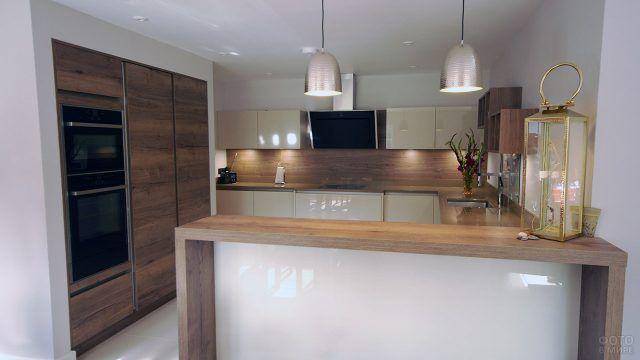 Золотистая гамма фьюжен-интерьера кухни
