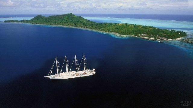 Белая яхта в сапфировых водах архипелага французской Полинезии