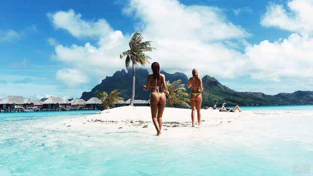 Две девушки бегут к пляжу на Бора-Бора