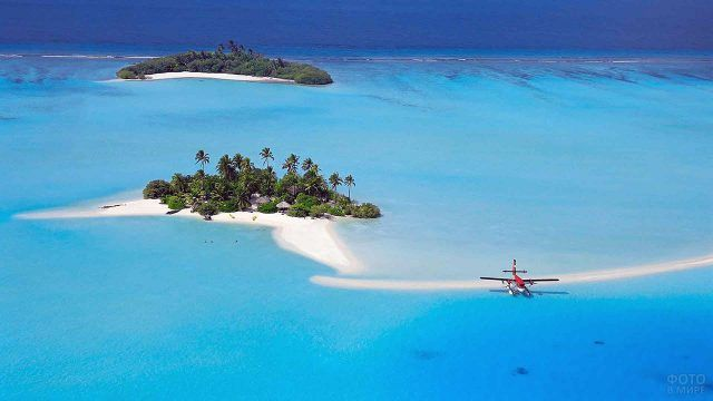 Красный джет приземляется на воду у одного из островов архипелага Бора-Бора