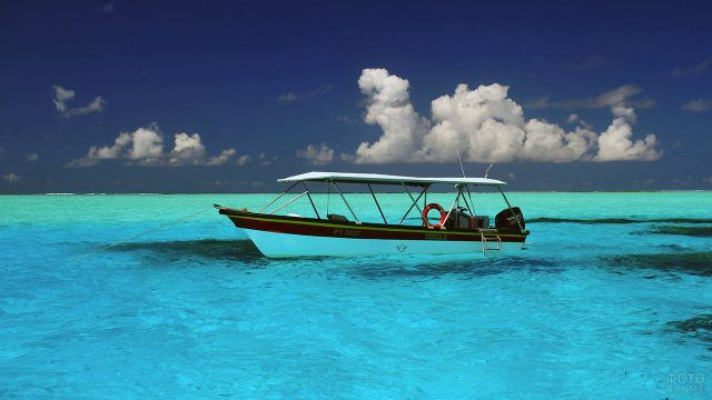 Лодка с навесом у побережья атолла Бора-Бора