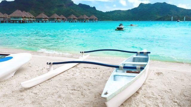 Лодки на песке пляжа Бора-Бора