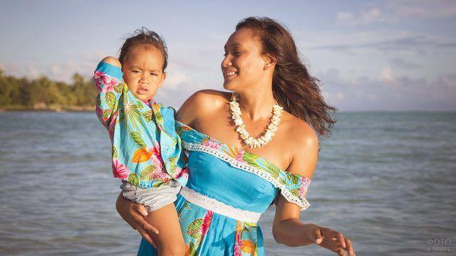 Таитянка с сыном на фоне пляжа на Бора-Бора