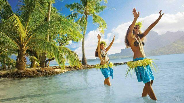 Танцы в воде под пальмами
