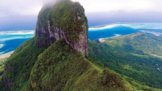 Восхитительный вид с высоты птичьего полёта на остров атолла Бора-Бора
