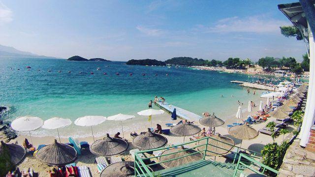 Зонтики пляжа у отеля на Бора-Бора