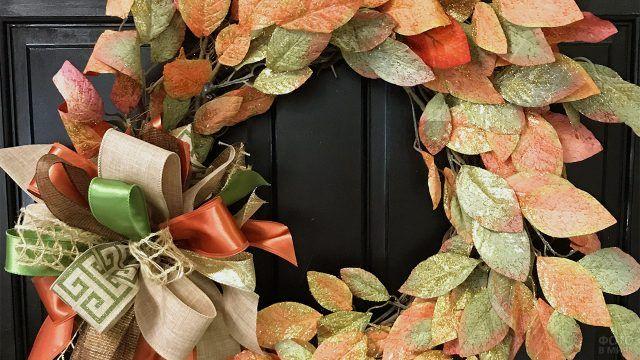 Нарядный венок из ярких осенних листьев