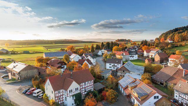 Осенние деревья в европейской деревушке