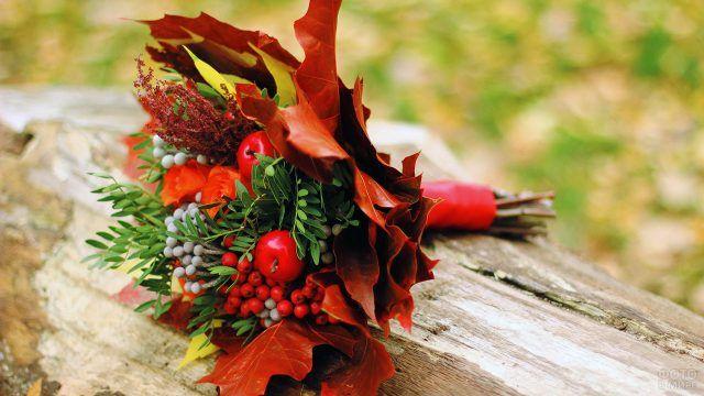 Осенний букет из опавших листьев и ягод рябины
