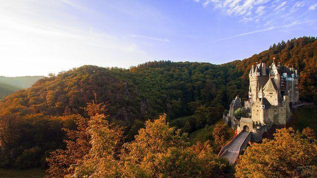 Сказочный дворец среди осеннего леса