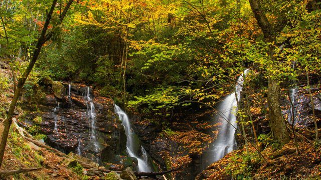 Водопады в осеннем лесу