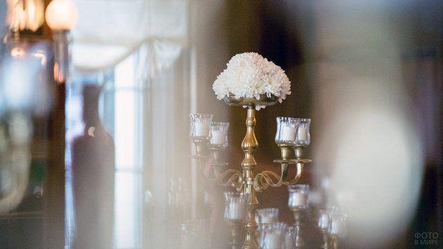 Белые цветы в золочёном подсвечнике