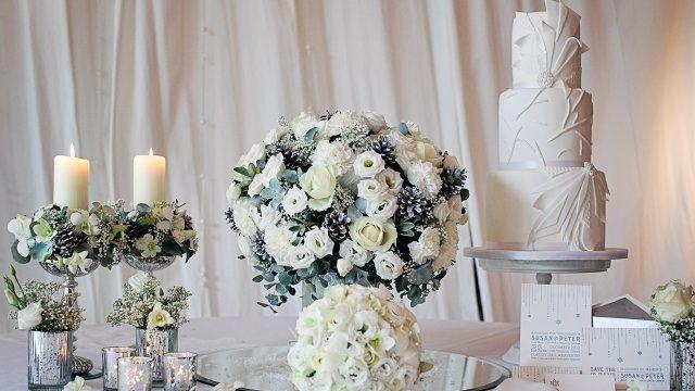 Белые свадебные букеты на столе с тортом
