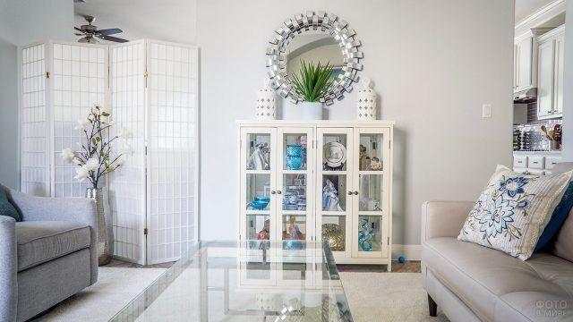 Букет белых цветов в высокой напольной вазе в белой гостиной