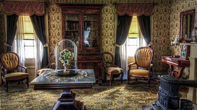 Букет цветов под стеклянным колпаком в викторианском интерьере гостиной