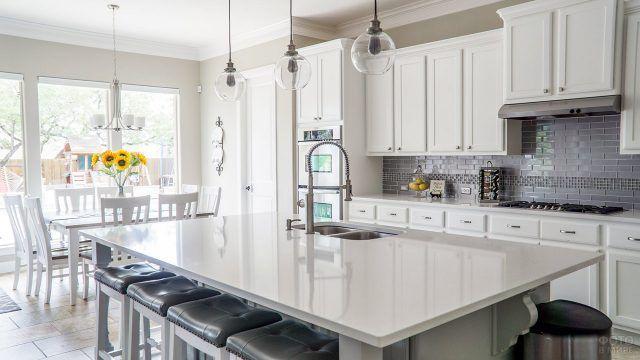 Букет подсолнухов в белоснежной кухне