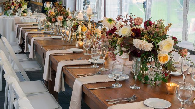 Декор праздничного стола живыми цветами в сельском стиле