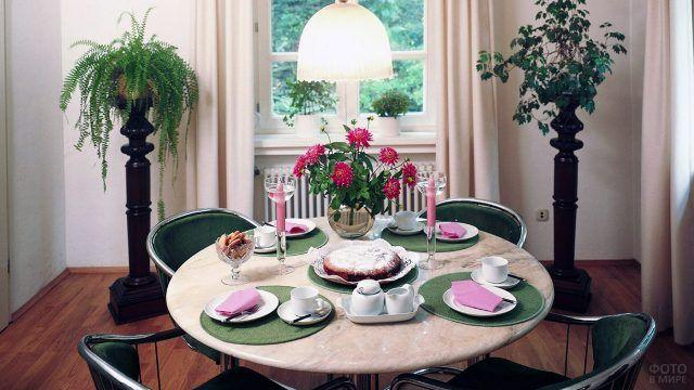 Красные георгины в столовой
