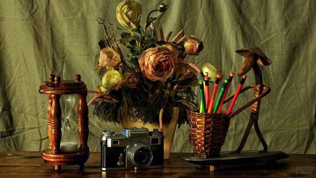 Натюрморт из букета цветов и винтажных предметов