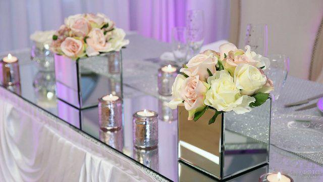 Нежные розы в зеркальных кубических вазах
