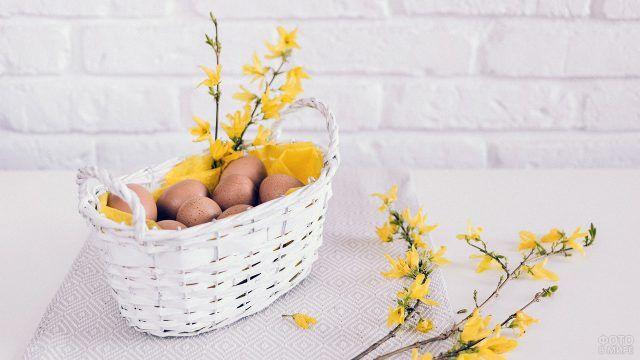 Пасхальный букетик в белой корзинке с яйцами