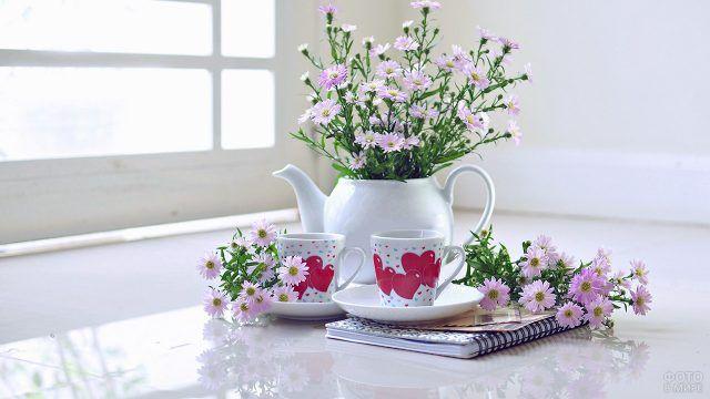 Полевые цветы в белом чайнике на кухонном столе