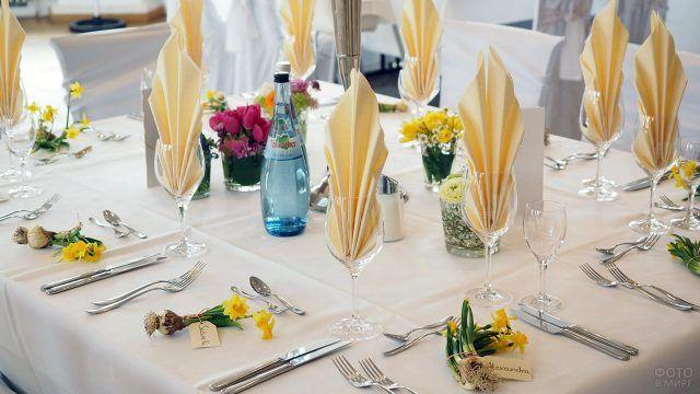 Праздничный стол с нарциссами и тюльпанами