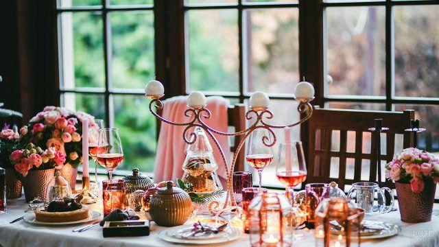 Праздничный стол в розовой гамме с букетами цветов