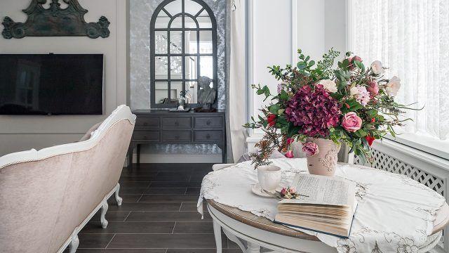 Пышный букет из роз в светлом классическом интерьере