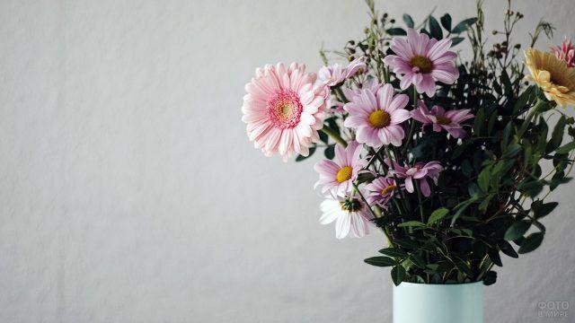 Розовые цветы в белой вазе
