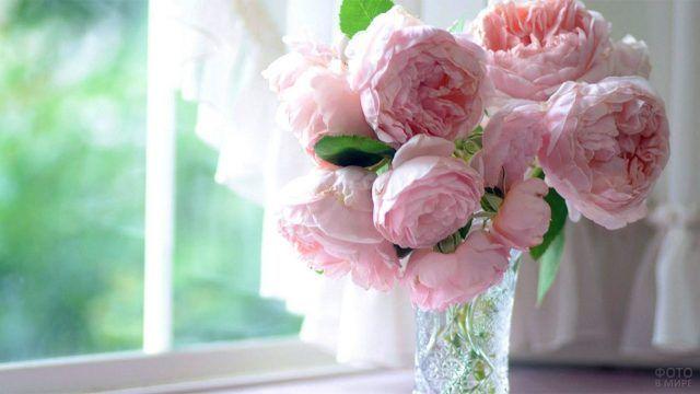 Розовые пионы в вазе на подоконнике