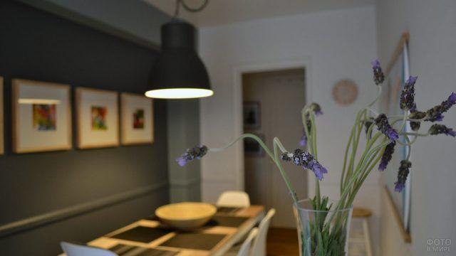 Сиреневые полевые цветы в минималистичном интерьере