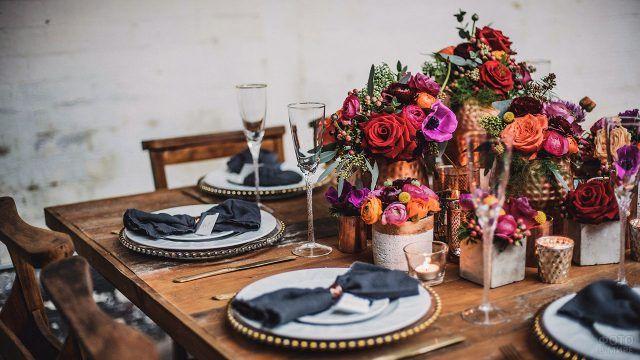Стильная сервировка стола с яркими букетами