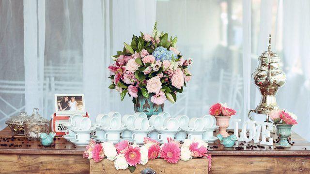 Стол для сервировки чая с розовым букетом