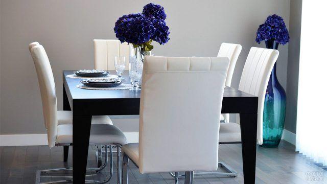 Тёмно-синие гортензии на обеденном столе