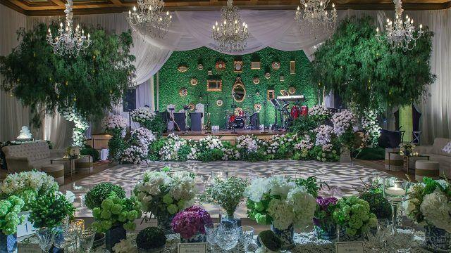 Убранство зала букетами цветов в сиренево-зелёной гамме