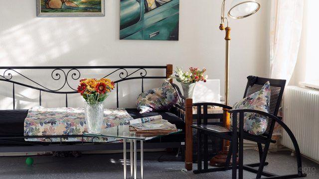 Уютная спальня с живыми цветами