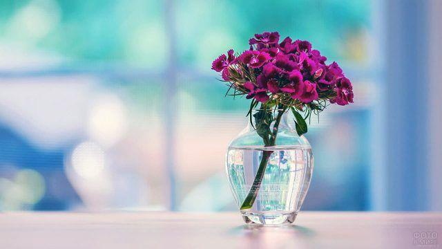 Веточка кустовой гвоздики в прозрачной вазе