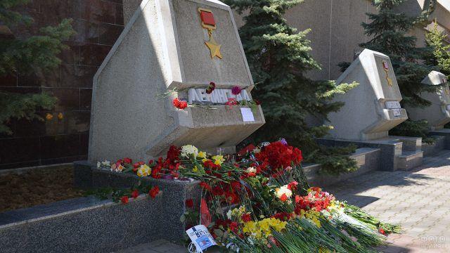Цветы жертвам теракта в Петербурге в аллее городов-героев