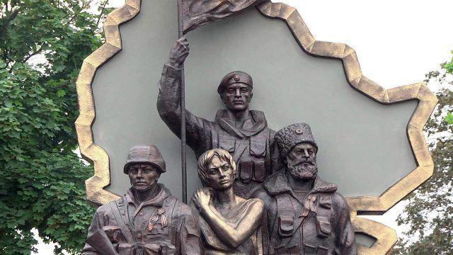 Ныне взорванный памятник ополченцам в ЛНР