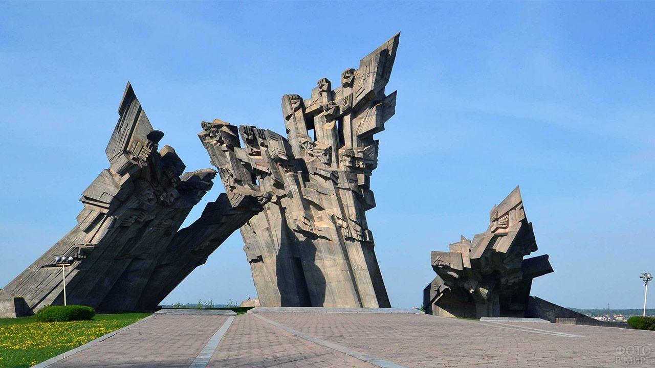 Памятник погибшим на территории IX форта в Литве