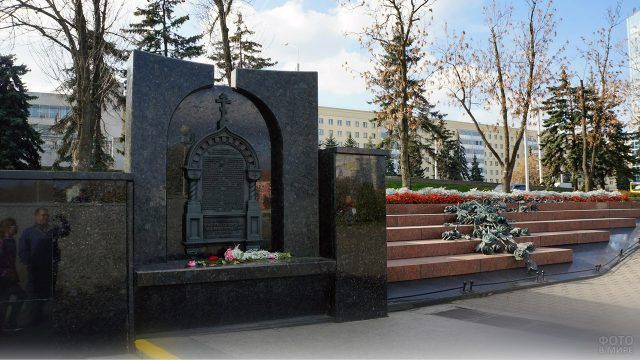 Памятник погибшим в давке на станции метро Немига в Белоруссии