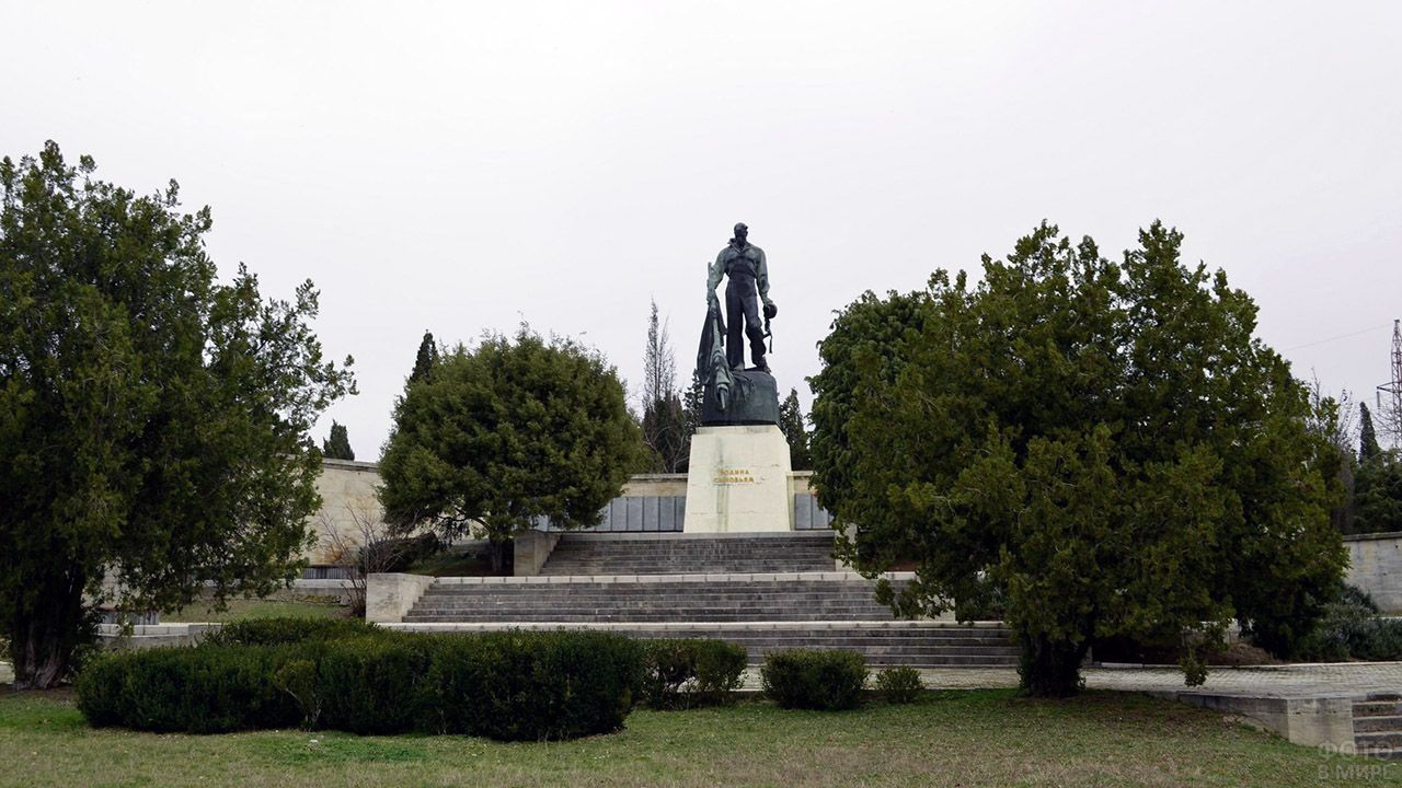 Памятник погибшим в катастрофе линкора Новороссийск