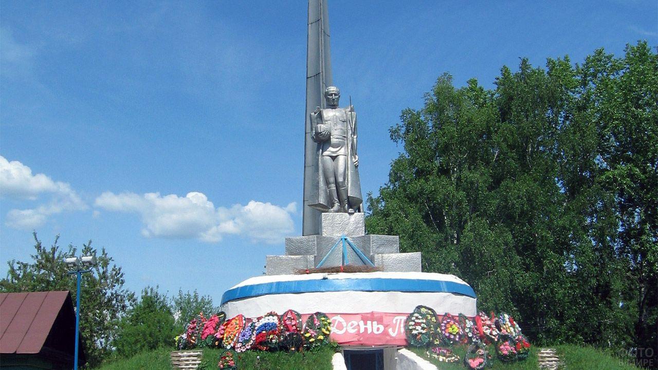 Памятник погибшим в селе Комсомольское в День Победы