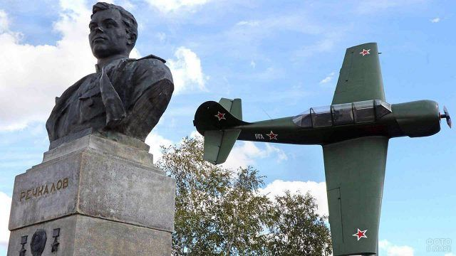 Памятник советским лётчикам установленный в Америке